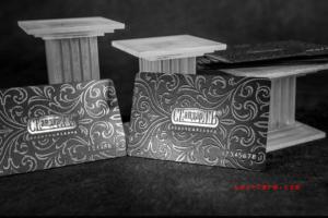 Пластиковые карты и визитки из черного пластика с выборочной лакировкой