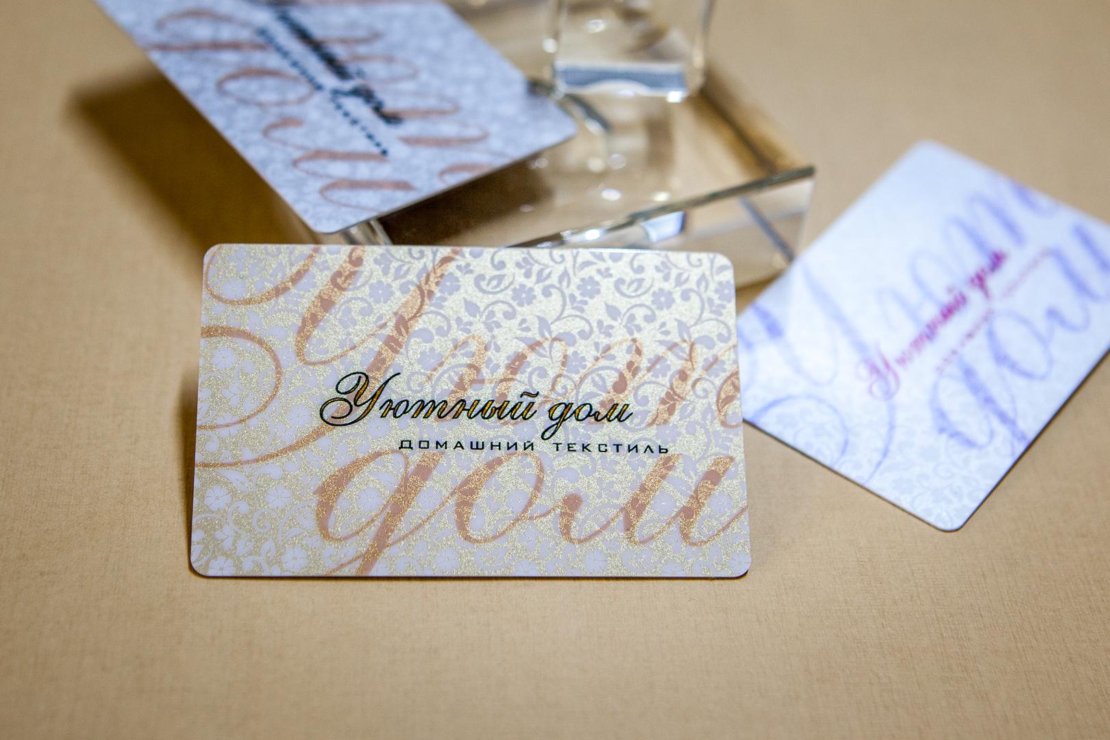 Золотые и серебряные пластиковые карты